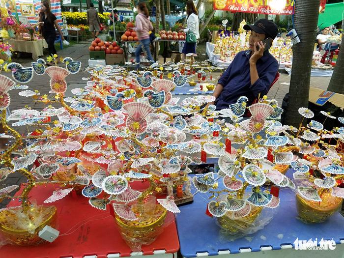 27 Tết: Đào Bắc giảm giá, dân Sài Gòn đổ xô lựa mua - Ảnh 5.