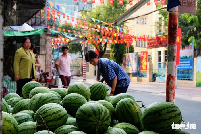 Màu tết rực rỡ tràn ngập phố Sài Gòn  - Ảnh 3.