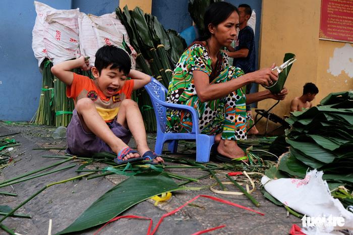 Màu tết rực rỡ tràn ngập phố Sài Gòn  - Ảnh 2.