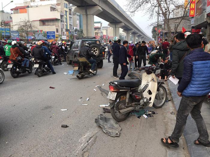 Xe 'điên' gây tai nạn liên hoàn trên phố Hà Nội - Ảnh 1.