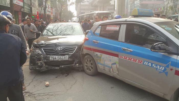 Xe 'điên' gây tai nạn liên hoàn trên phố Hà Nội - Ảnh 2.