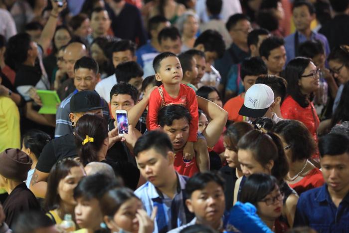 Biển người trong đêm khai mạc đường hoa Nguyễn Huệ - Ảnh 7.
