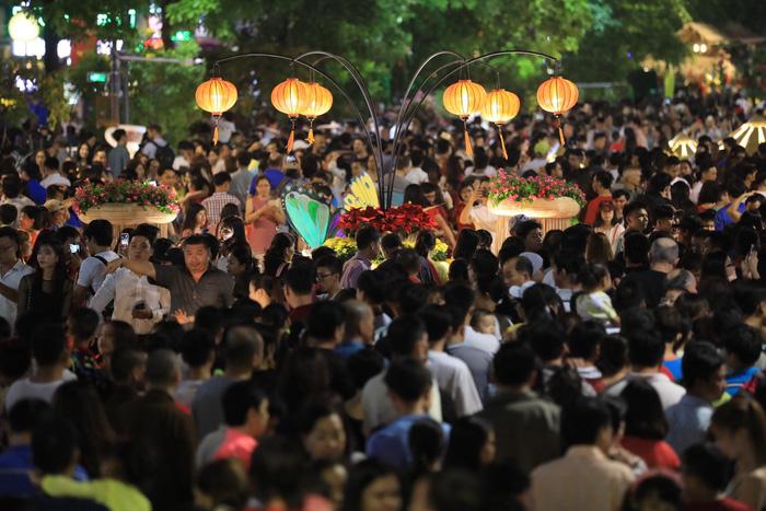 Biển người trong đêm khai mạc đường hoa Nguyễn Huệ - Ảnh 8.