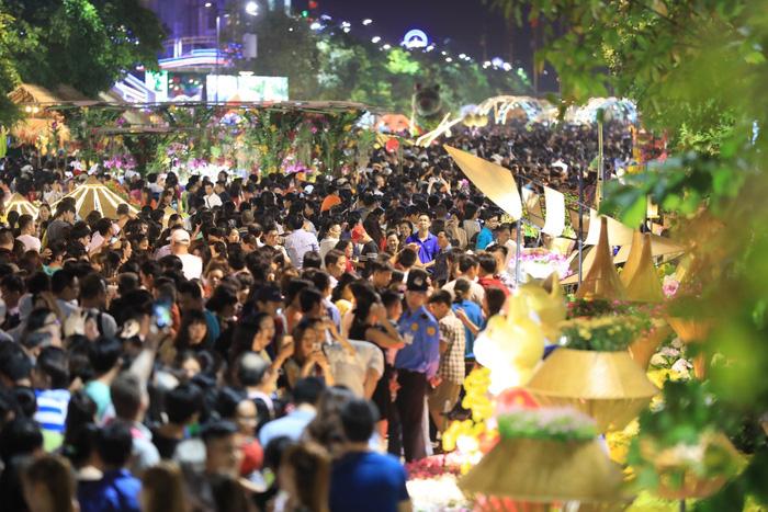 Biển người trong đêm khai mạc đường hoa Nguyễn Huệ - Ảnh 10.