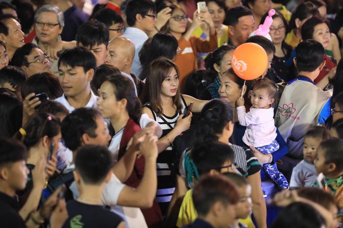 Biển người trong đêm khai mạc đường hoa Nguyễn Huệ - Ảnh 11.