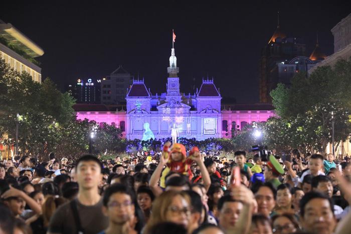 Biển người trong đêm khai mạc đường hoa Nguyễn Huệ - Ảnh 13.