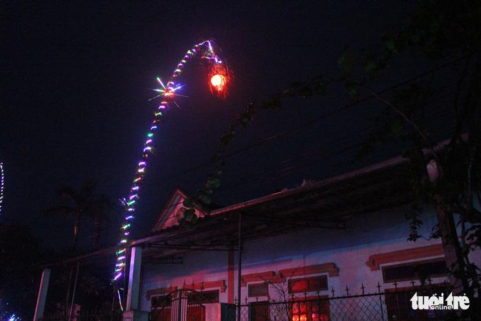 Ngắm cây nêu lúc lên đèn - ảnh 6