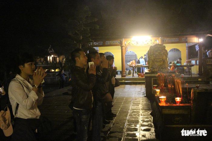 Xuyên đêm trẩy hội và mưu sinh ở chùa Hương - Ảnh 3.