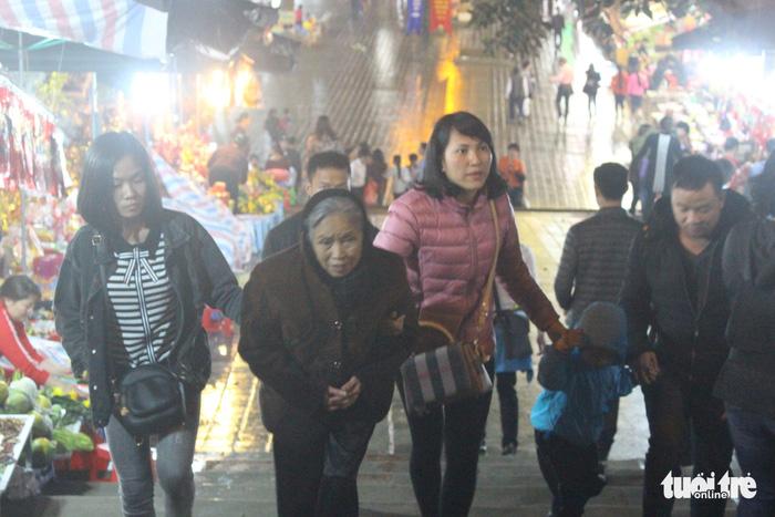Xuyên đêm trẩy hội và mưu sinh ở chùa Hương - Ảnh 7.