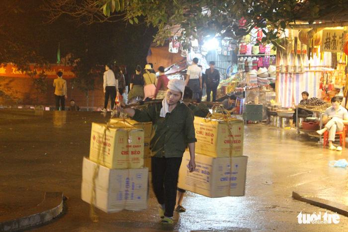 Xuyên đêm trẩy hội và mưu sinh ở chùa Hương - Ảnh 6.