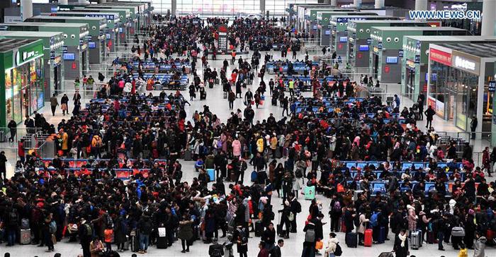 Dân Trung Quốc ùn ùn trở lại thành phố sau Tết - Ảnh 1.