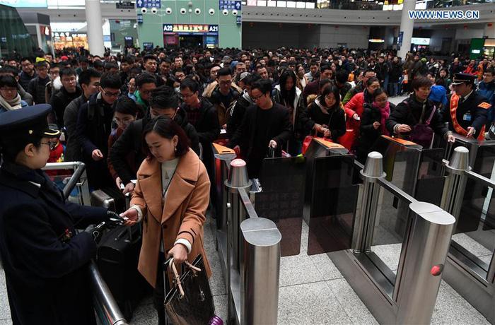 Dân Trung Quốc ùn ùn trở lại thành phố sau Tết - Ảnh 2.