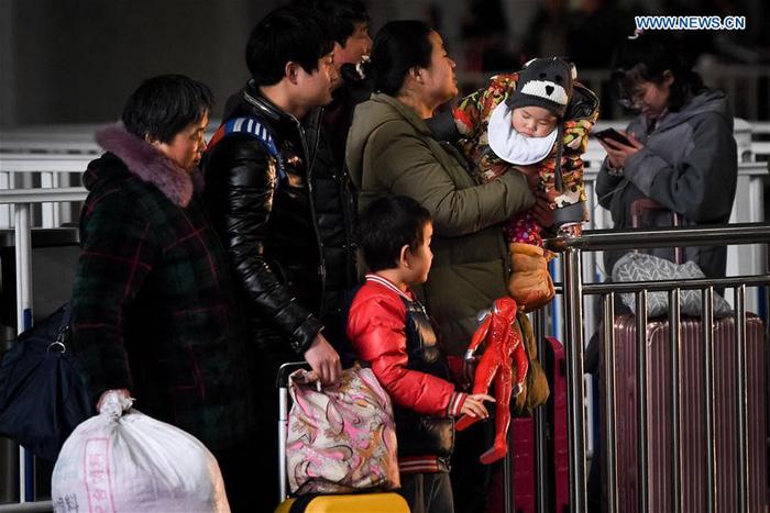 Dân Trung Quốc ùn ùn trở lại thành phố sau Tết - Ảnh 3.