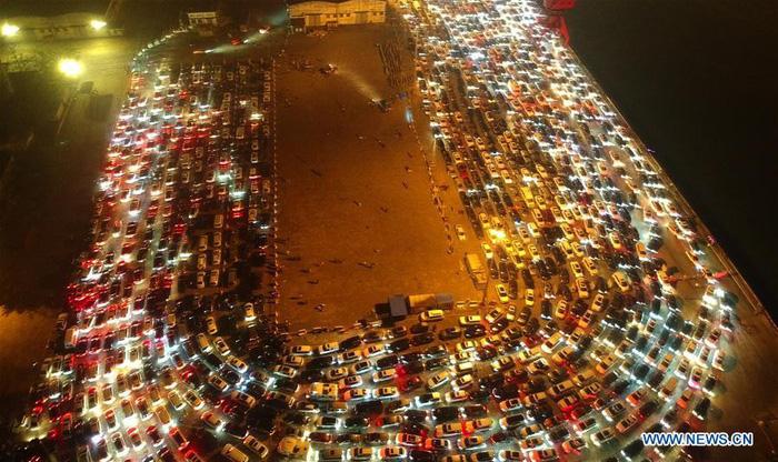 Dân Trung Quốc ùn ùn trở lại thành phố sau Tết - Ảnh 8.