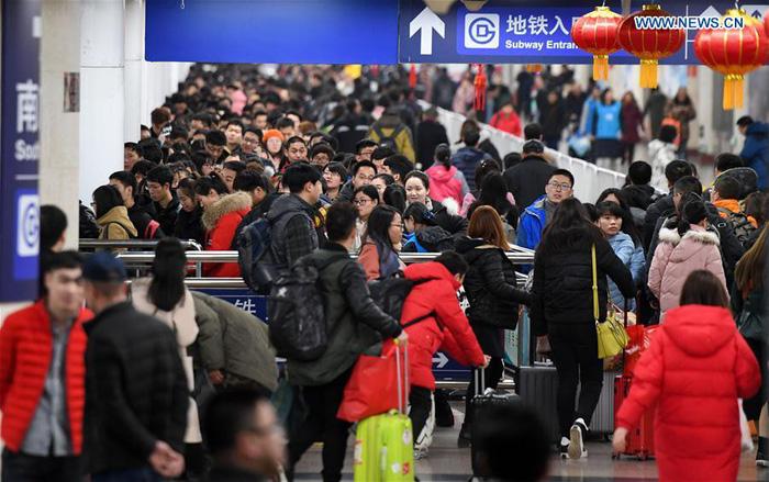 Dân Trung Quốc ùn ùn trở lại thành phố sau Tết - Ảnh 4.