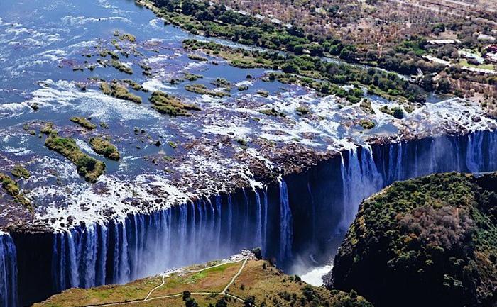 Leo lên trực thăng ngắm thác nước đẹp nhất thế giới - Ảnh 1.