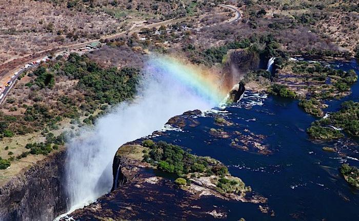 Leo lên trực thăng ngắm thác nước đẹp nhất thế giới - Ảnh 3.