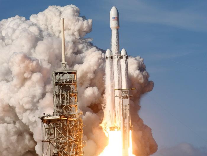 SpaceX phóng tên lửa mạnh nhất thế giới hướng về sao Hỏa - Ảnh 2.