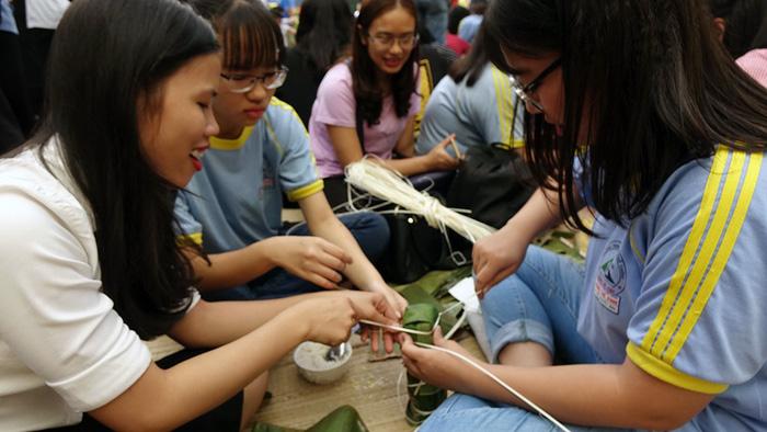 Học trò Sài Gòn gói bánh tét đón tết - Ảnh 3.