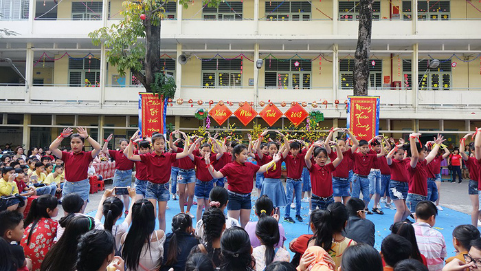 Học trò Sài Gòn gói bánh tét đón tết - Ảnh 10.