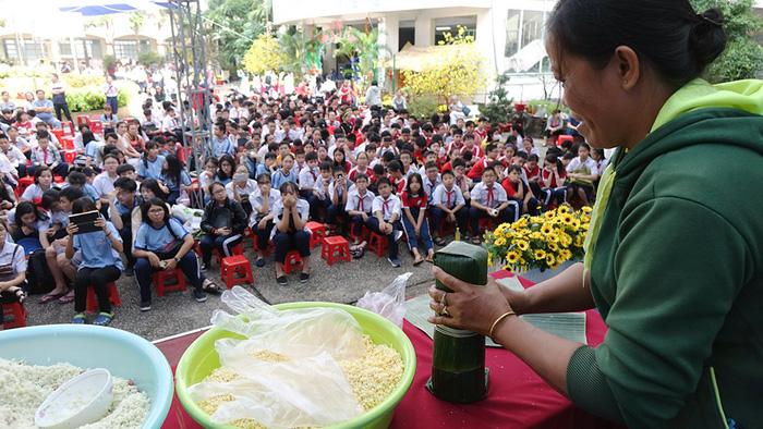 Học trò Sài Gòn gói bánh tét đón tết - Ảnh 2.