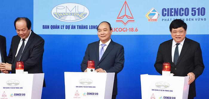 Thủ tướng Nguyễn Xuân Phúc và các đại biểu nhấn nút khởi công xây dựng cầu Đà Rằng mới - Ảnh: DUY THANH