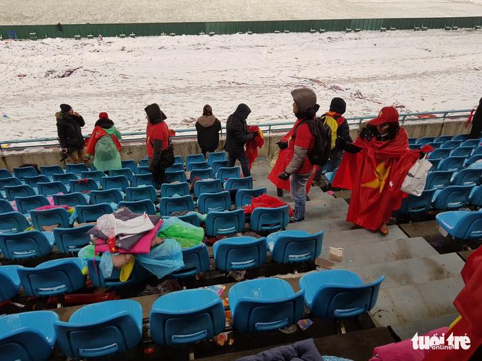 Cổ động viên Việt Nam nhặt rác giữa mưa tuyết sau trận chung kết - Ảnh 7.