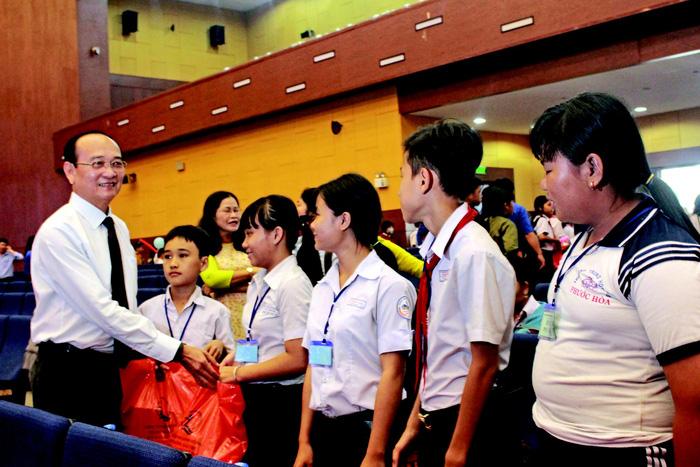 Tôn Đông Á hỗ trợ trẻ em khó khăn tỉnh Bình Dương - Ảnh 1.