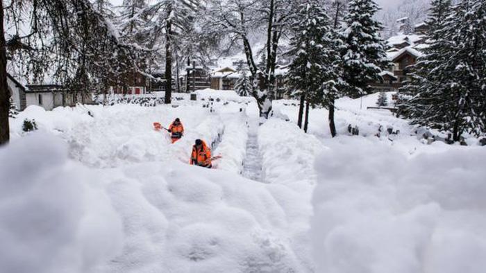 13.000 du khách mắc kẹt do bão tuyết trên dãy Alps - Ảnh 3.