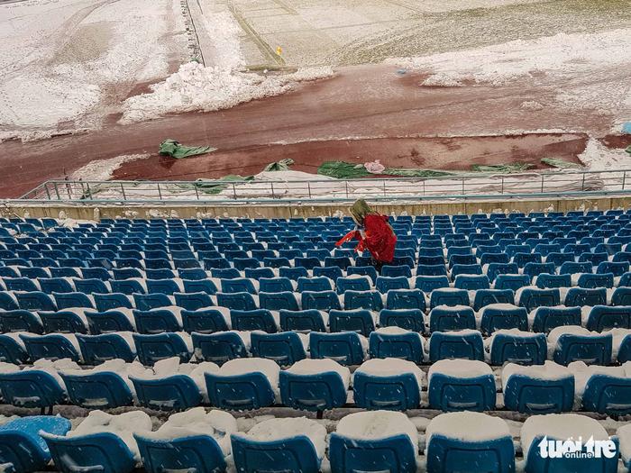 Cổ động viên Việt Nam nhặt rác giữa mưa tuyết sau trận chung kết - Ảnh 3.