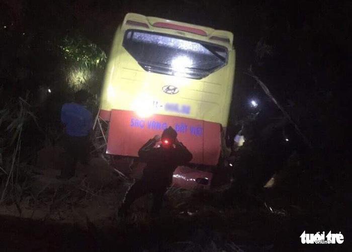 Xe khách lao xuống vực đèo Lò Xo, 1 người chết, 19 người bị thương
