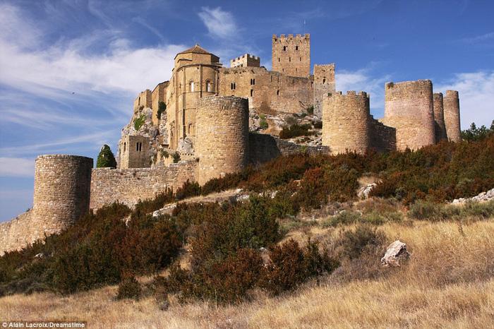 Vòng quanh các lâu đài bỏ hoang trên thế giới - Ảnh 7.