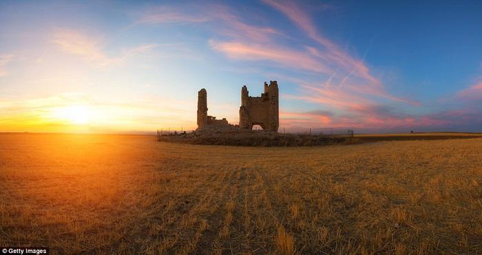 Vòng quanh các lâu đài bỏ hoang trên thế giới - Ảnh 4.