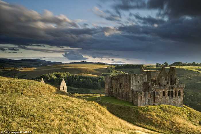 Vòng quanh các lâu đài bỏ hoang trên thế giới - Ảnh 8.