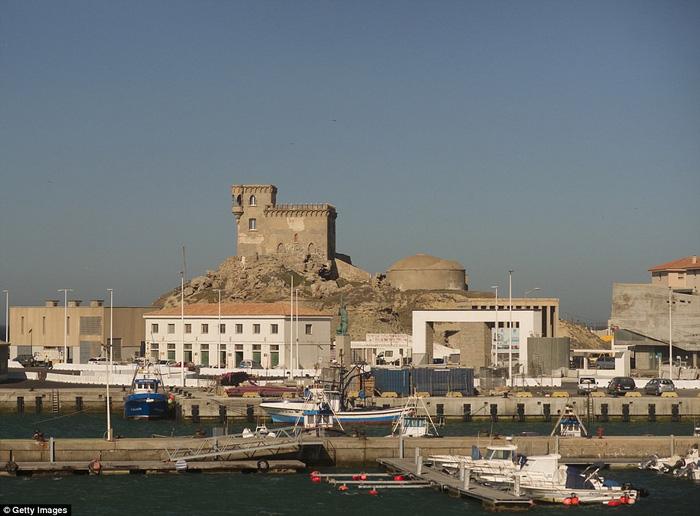 Vòng quanh các lâu đài bỏ hoang trên thế giới - Ảnh 10.