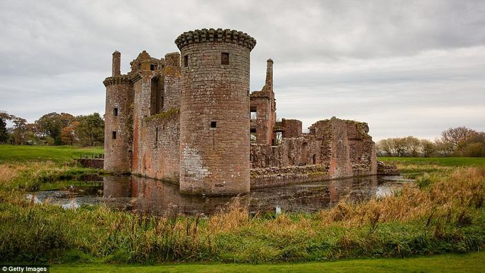 Vòng quanh các lâu đài bỏ hoang trên thế giới - Ảnh 18.