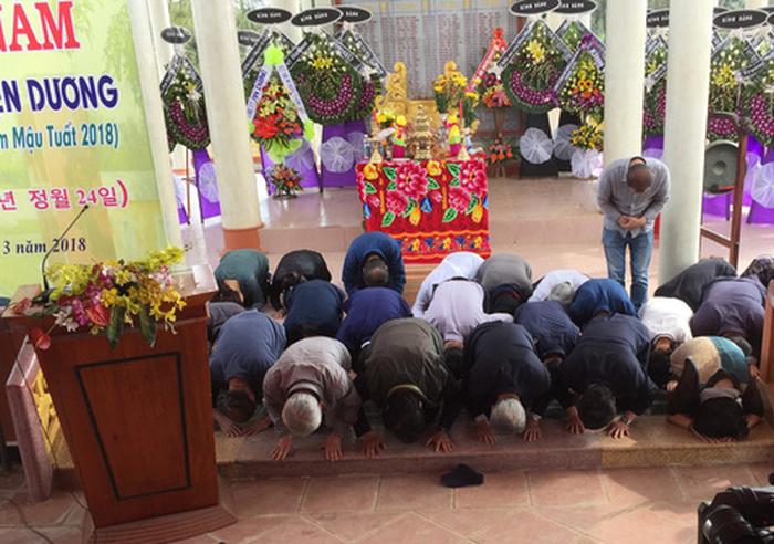 41 người Hàn Quốc cúi đầu tạ lỗi trước hàng bia mộ ở Hà My - Ảnh 2.