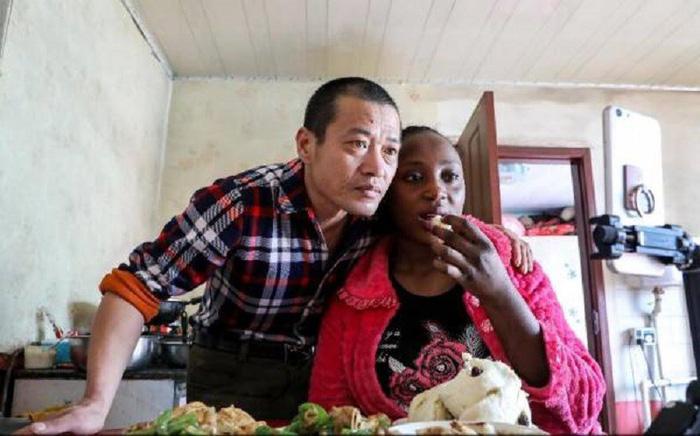 Dân Trung Quốc tò mò khi đàn ông lấy vợ châu Phi - Ảnh 1.
