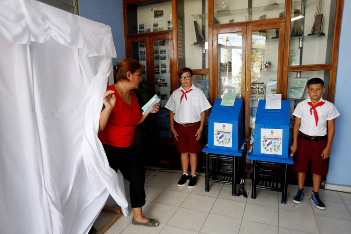 Ở Cuba, thiếu niên tiền phong giám sát thùng phiếu bầu cử - Ảnh 1.