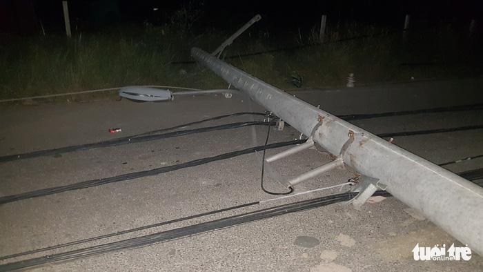 Xe ben chạy vào đường cấm ở Nhà Bè, kéo ngã nhiều trụ điện - Ảnh 3.