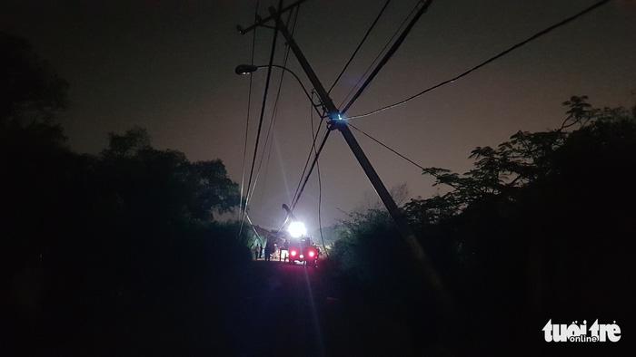 Xe ben chạy vào đường cấm ở Nhà Bè, kéo ngã nhiều trụ điện - Ảnh 4.
