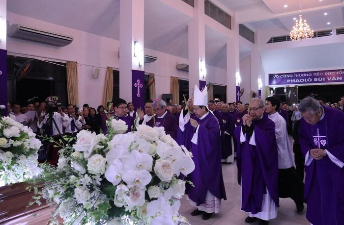 Linh cữu Tổng giám mục Bùi Văn Đọc đã về đến TP.HCM - Ảnh 3.