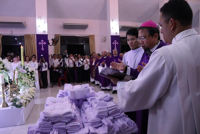 Linh cữu Tổng giám mục Bùi Văn Đọc đã về đến TP.HCM - Ảnh 4.