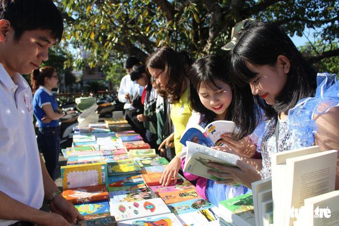 20 tấn sách ra phiên chợ sách đầu tiên ở Đà Nẵng - Ảnh 1.