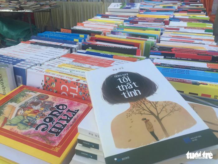 20 tấn sách ra phiên chợ sách đầu tiên ở Đà Nẵng - Ảnh 2.
