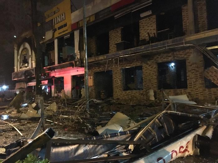 Một tòa nhà hai tầng nổ giữa đêm ở Nghệ An - Ảnh 1.