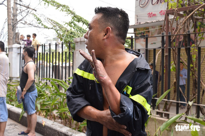Chung cư Carina bất ngờ cháy lại, một chiến sĩ PCCC bị thương - Ảnh 3.