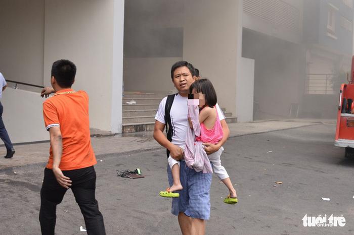 Chung cư Carina bất ngờ cháy lại, một chiến sĩ PCCC bị thương - Ảnh 6.