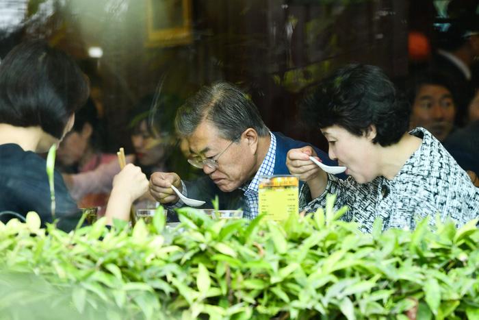Tổng thống Hàn Quốc dừng xe ăn phở Việt 150.000đ trước khi về nước - Ảnh 2.