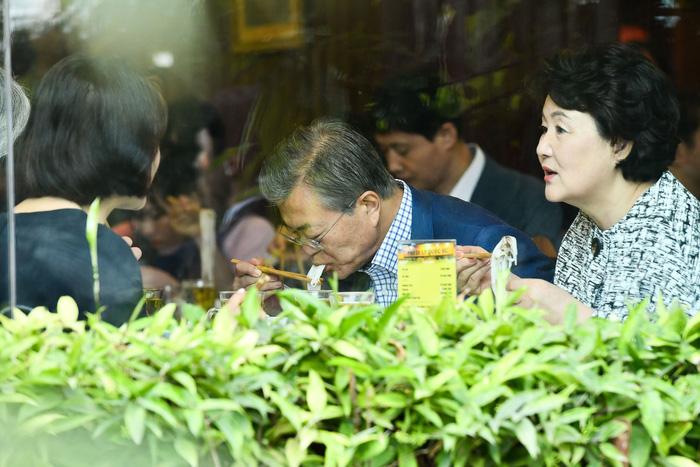 Tổng thống Hàn Quốc dừng xe ăn phở Việt 150.000đ trước khi về nước - Ảnh 3.